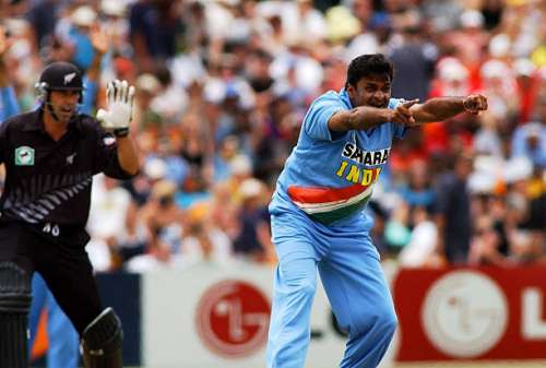 NEW ZEALAND - DECEMBER 29:  India's Javagal Srinath, right, appeals the lbw wicket of New Zealand Black Caps Stephen Fleming in the second one day international cricket match at McLean Park, Napier, New Zealand, Sunday 29 December 2002.  (Photo by Ross Setford/Getty Images)