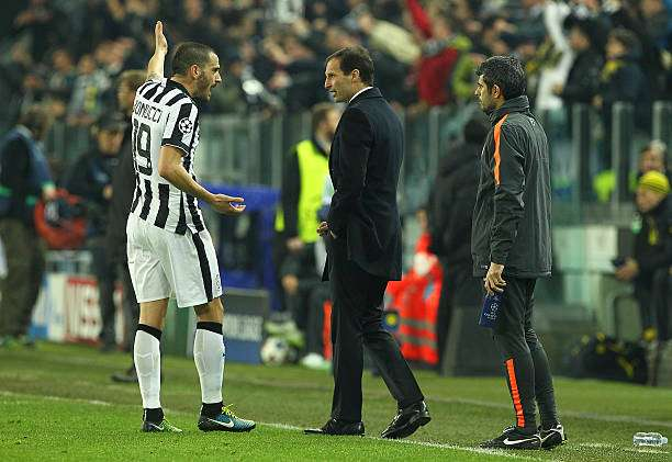 TURIN, ITALY - FEBRUARY 24:  Juventus FC coach Massimiliano Allegri speaks to  his player Leonardo Bonucci during the UEFA Champions League Round of 16 match between Juventus and Borussia Dortmund at Juventus Arena on February 24, 2015 in Turin, Italy.  (Photo by Marco Luzzani/Getty Images)