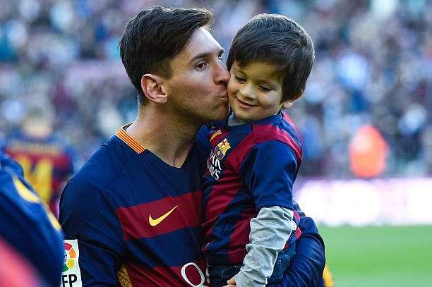 BARCELONA, SPAIN - NOVEMBER 28:  Lionel Messi of FC Barcelona kisses his son Thiago ahead of the La Liga match between FC Barcelona and Real Sociedad de Futbol at Camp Nou on November 28, 2015 in Barcelona, Spain.  (Photo by David Ramos/Getty Images)