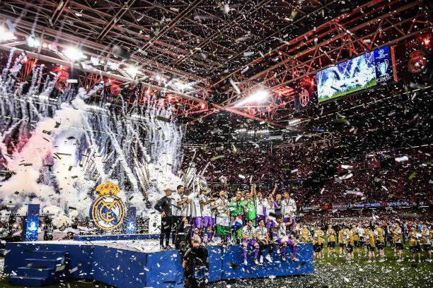 CARDIFF, WALES - JUNE 03:  Real Madrid CF players celebrate with the trophy after the UEFA Champions League Final between Juventus and Real Madrid at National Stadium of Wales on June 3, 2017 in Cardiff, Wales.  (Photo by David Ramos/Getty Images)