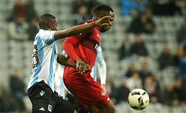 MUNICH, GERMANY - NOVEMBER 21:  Romuald Lacazette (L) of Muenchen fights for the ball with Osayamen Osawe of Kaiserslautern during the Second Bundesliga match between TSV 1860 Muenchen and 1. FC Kaiserslautern at Allianz Arena on November 21, 2016 in Munich, Germany.  (Photo by Johannes Simon/Getty Images For MAN)