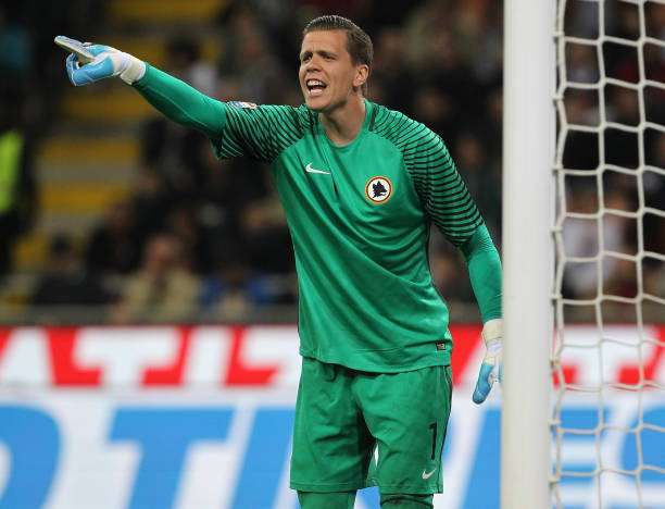 MILAN, ITALY - MAY 07:  Wojciech Szczesny of AS Roma directs his defense during the Serie A match between AC Milan and AS Roma at Stadio Giuseppe Meazza on May 7, 2017 in Milan, Italy.  (Photo by Marco Luzzani/Getty Images)