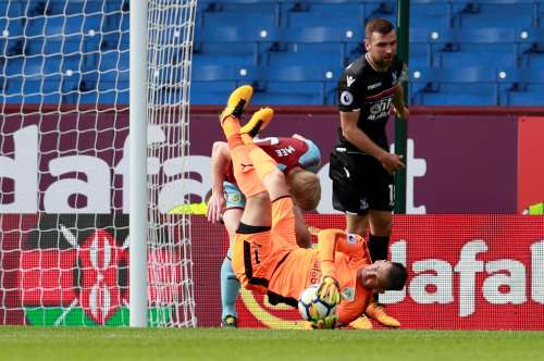 Soccer Football - Premier League - Burnley vs Crystal Palace - Burnley, Britain - September 10, 2017. Burnley's Tom Heaton gathers the ball before sustaining an injury. Action Images via Reuters/Jason Cairnduff