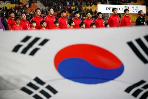 Soccer Football - International Friendly - South Korea v Colombia - Suwon World Cup Stadium, Suwon, South Korea - November 10, 2017 - South Korea's national soccer team members stand behind the national flag. REUTERS/Kim Hong-Ji