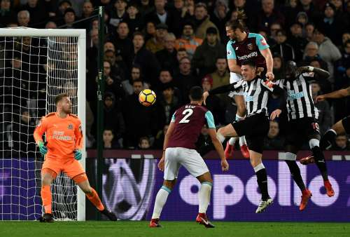Soccer Football - Premier League - West Ham United vs Newcastle United - London Stadium, London, Britain - December 23, 2017 West Ham United's Andy Carroll has a header saved by Newcastle United's Robert Elliot before West Ham United's Andre Ayew scores the rebound Action Images via Reuters/Tony O'Brien